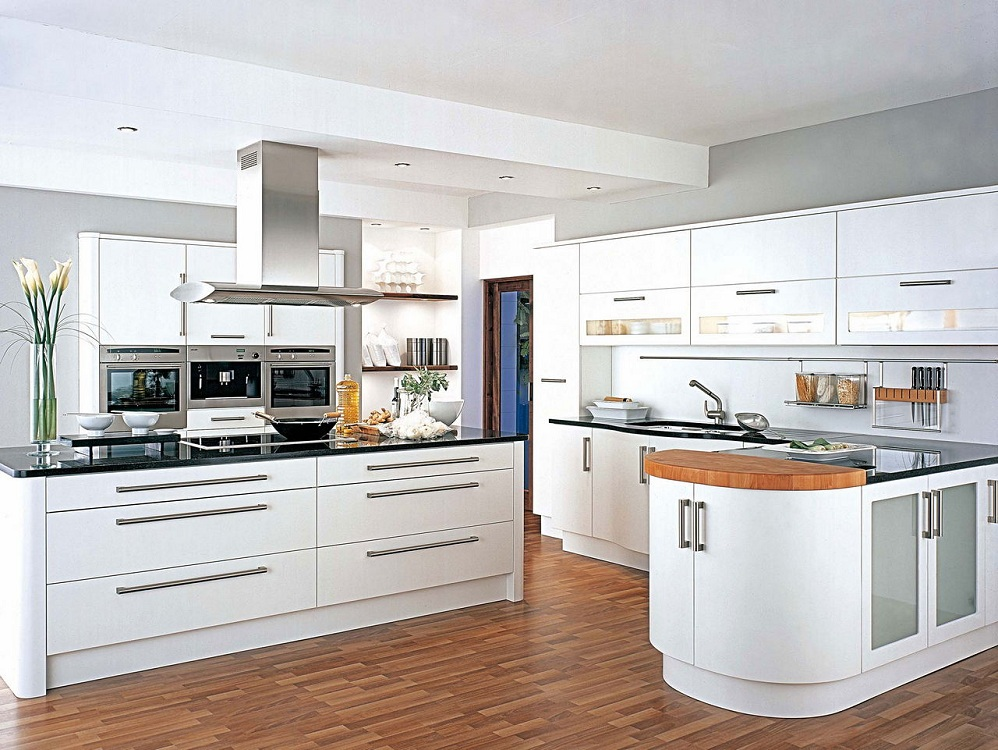 Белая глянцевая кухня из различных видов сырья
