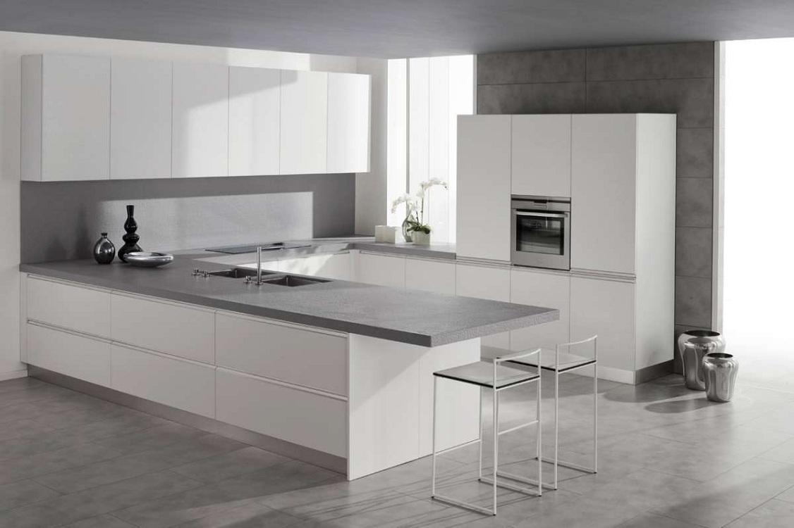 Белая глянцевая кухня с элементами из камня