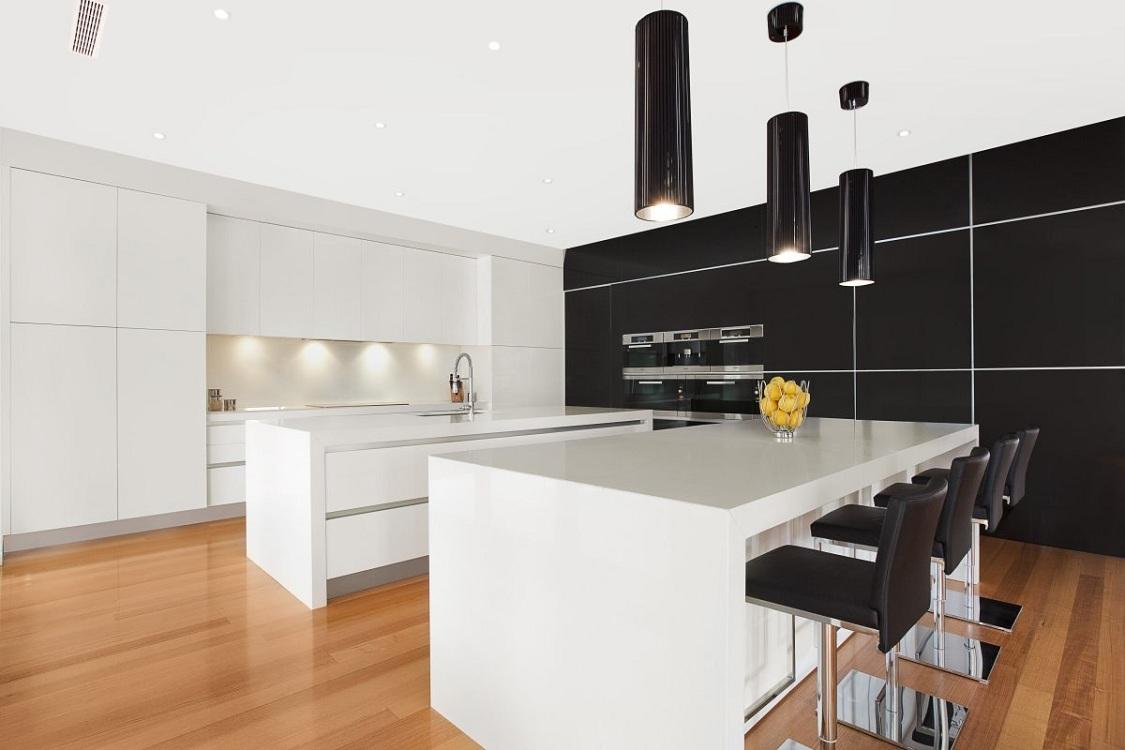 Белая кухня и черная техника