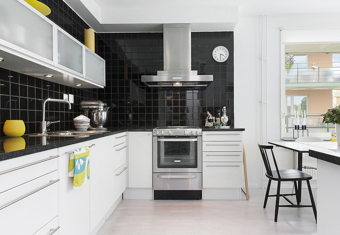 Белая кухня и черный фартук