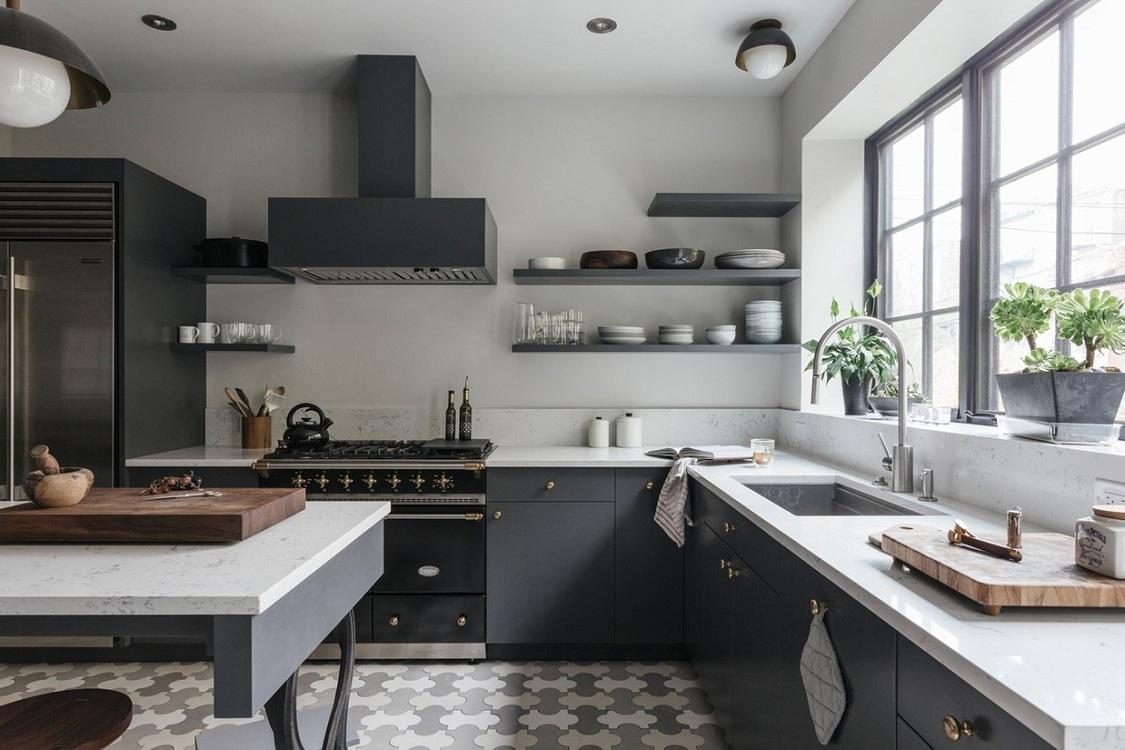 Бытовая техника на черно-белой кухне