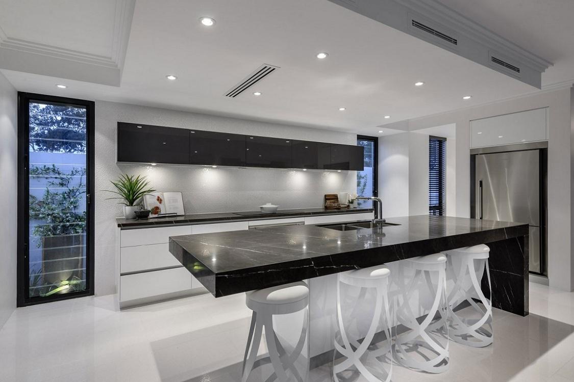Черный стол и белая кухня