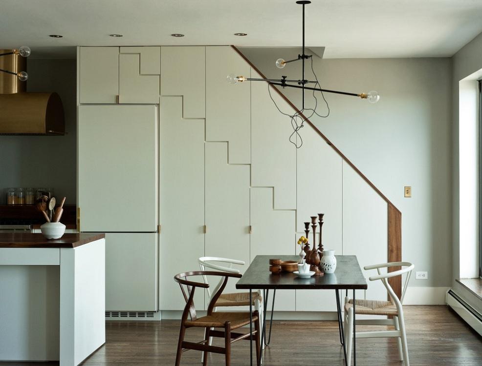Холодильник под лестницей в частном доме