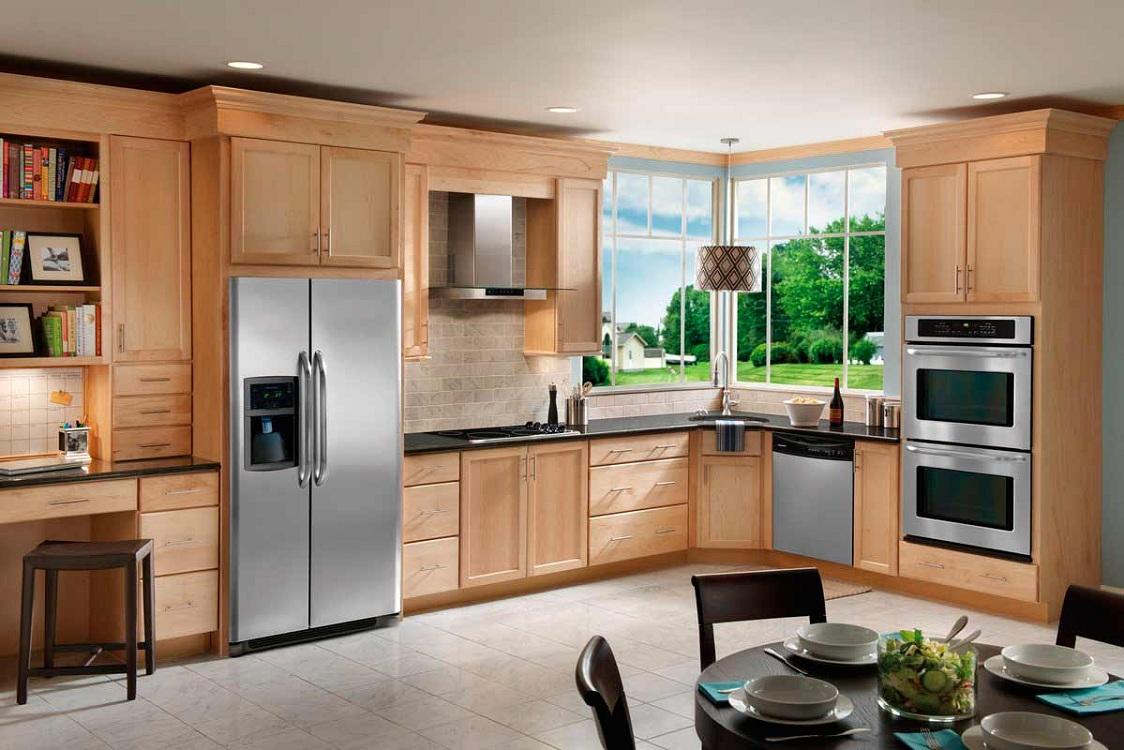 Холодильник, встроенный в кухонный шкаф
