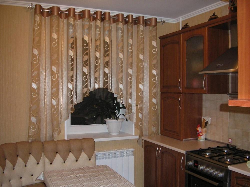 Короткие шторы для кухни на люверсах