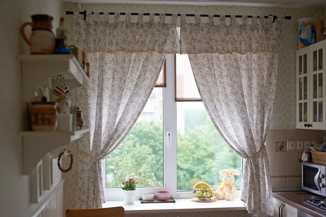 Короткие шторы для кухни на петлях
