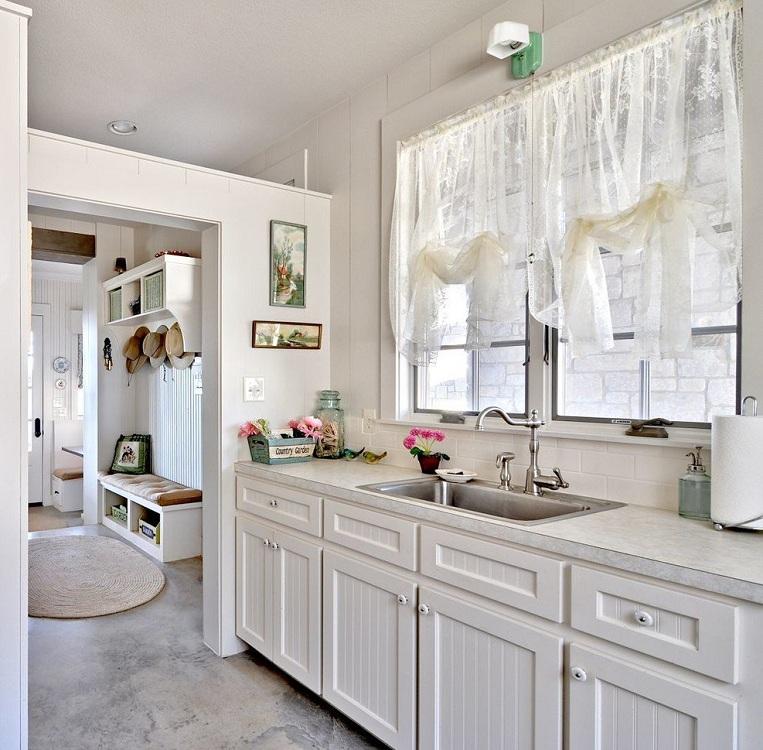 Короткие шторы на кухню из тюли