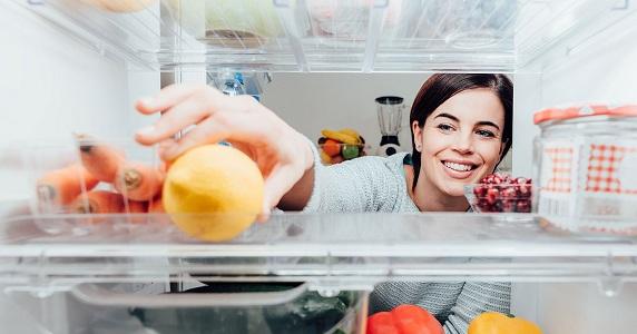 Лимон устраняет неприятный запах в холодильнике