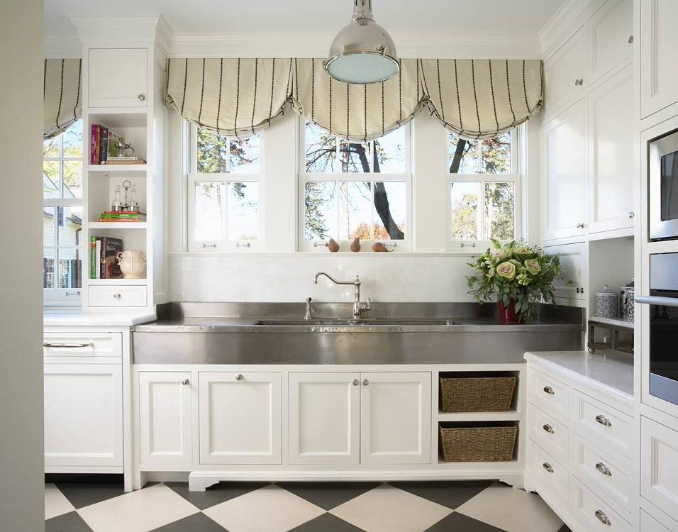 Плюсы декора кухни короткими шторами