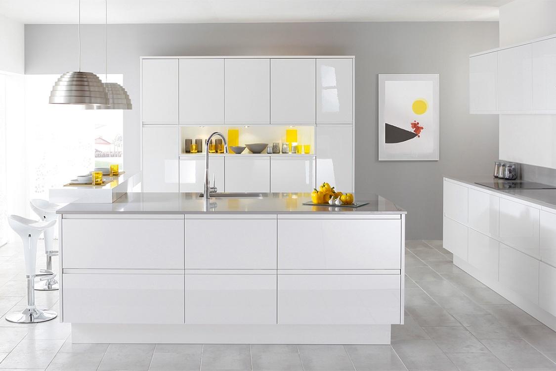 Преимущества и недостатки белых глянцевых кухонь
