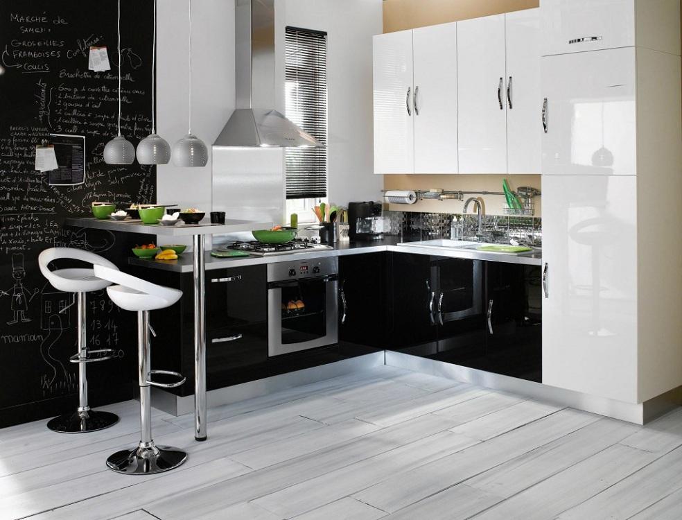 Серые акценты на черно-белой кухне
