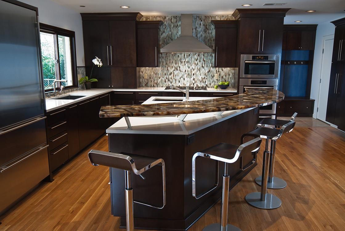 Угловая кухня с барной стойкой остров