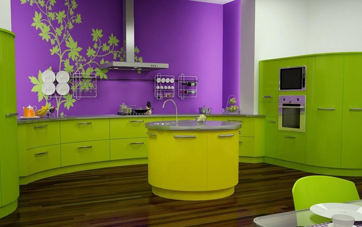 Зеленая кухня в сочетании с фиолетовым цветом