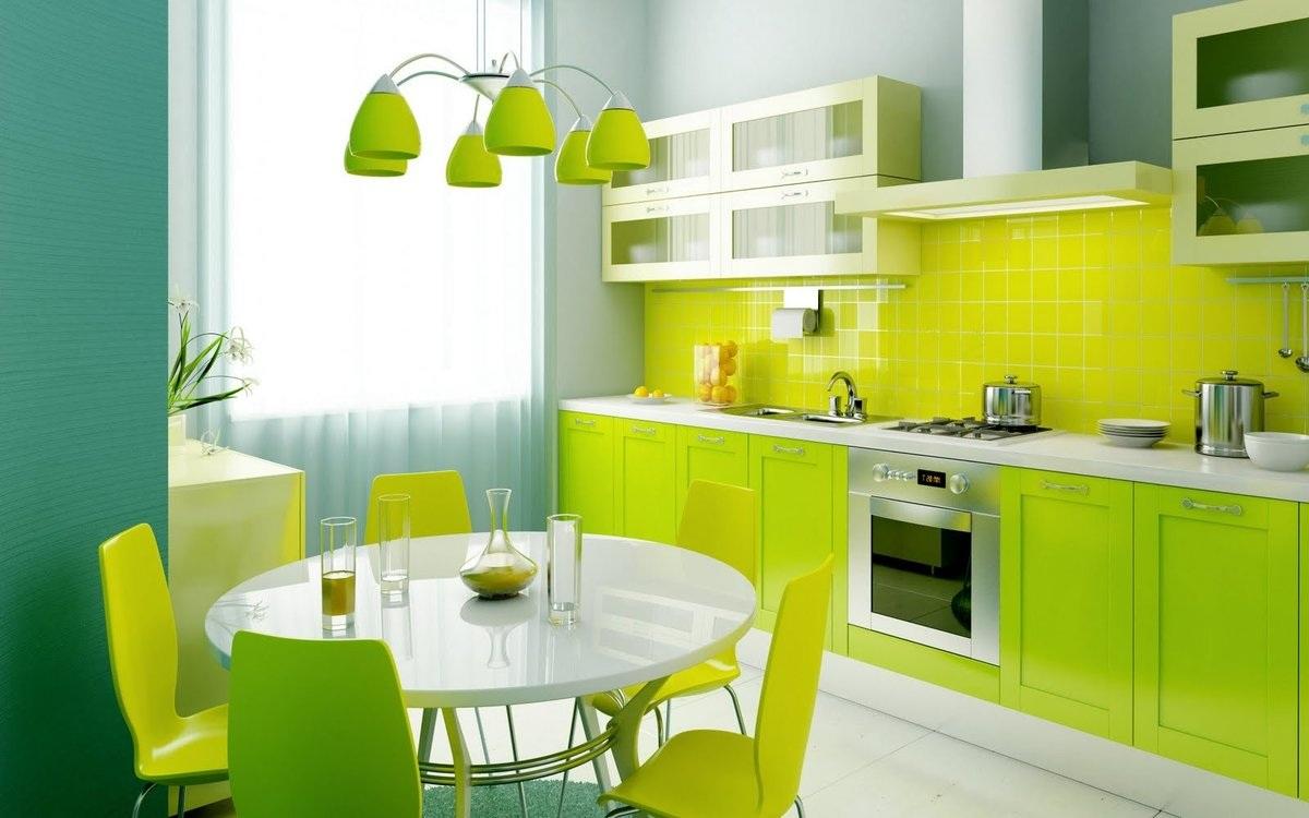Зеленая кухня в сочетании с желтым цветом