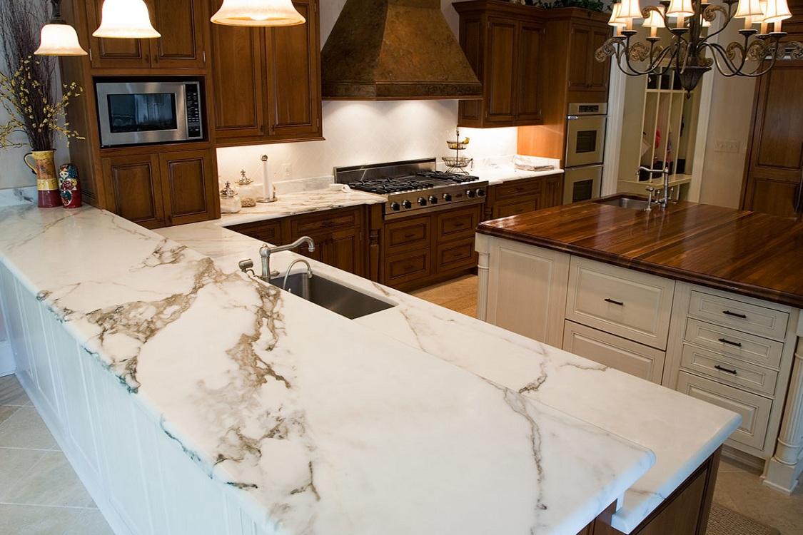 Белая столешница из мрамора на кухню
