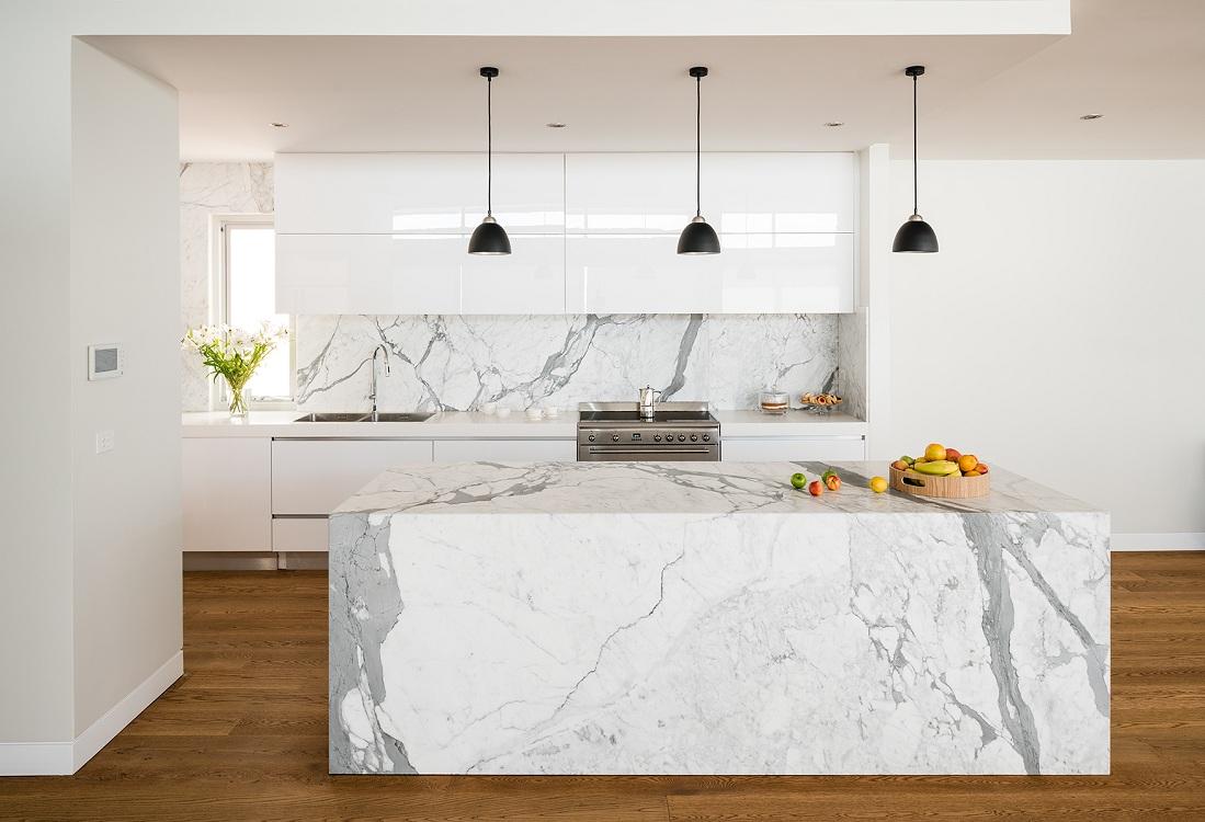 Белый фартук из камня для кухни