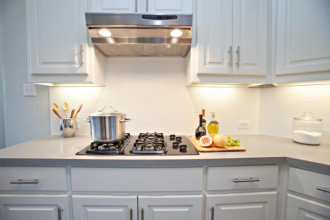 Белый фартук из керамической плитки для кухни