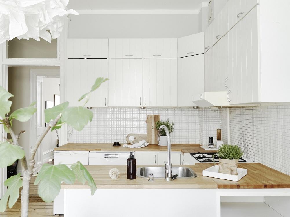 Белый фартук из мозаики для кухни