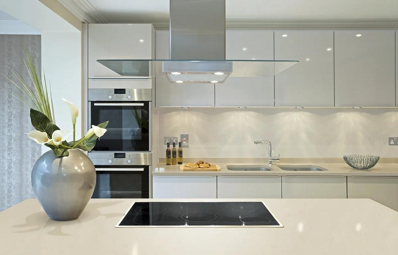 Белый фартук из стекла для кухни