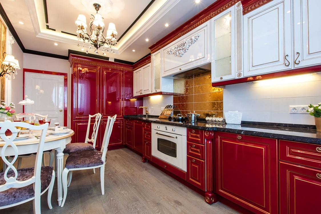 Бордовая кухня в сочетании с белым цветом