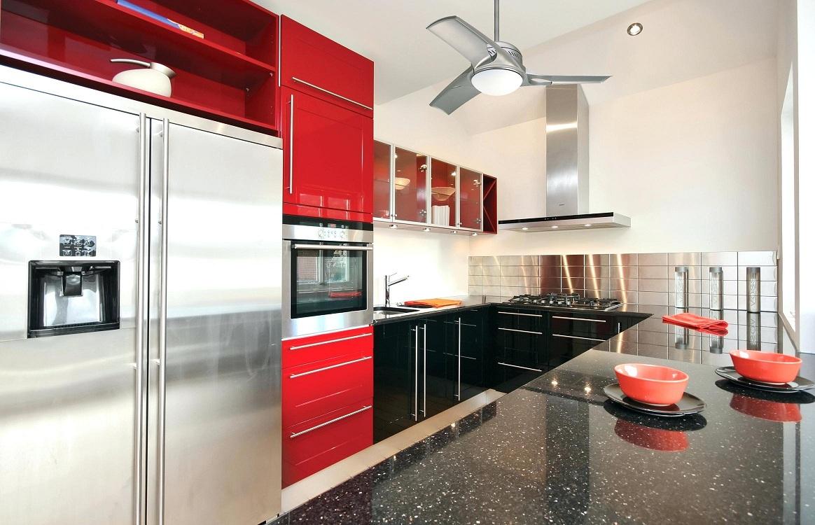 Бытовые приборы для красно-белой кухни