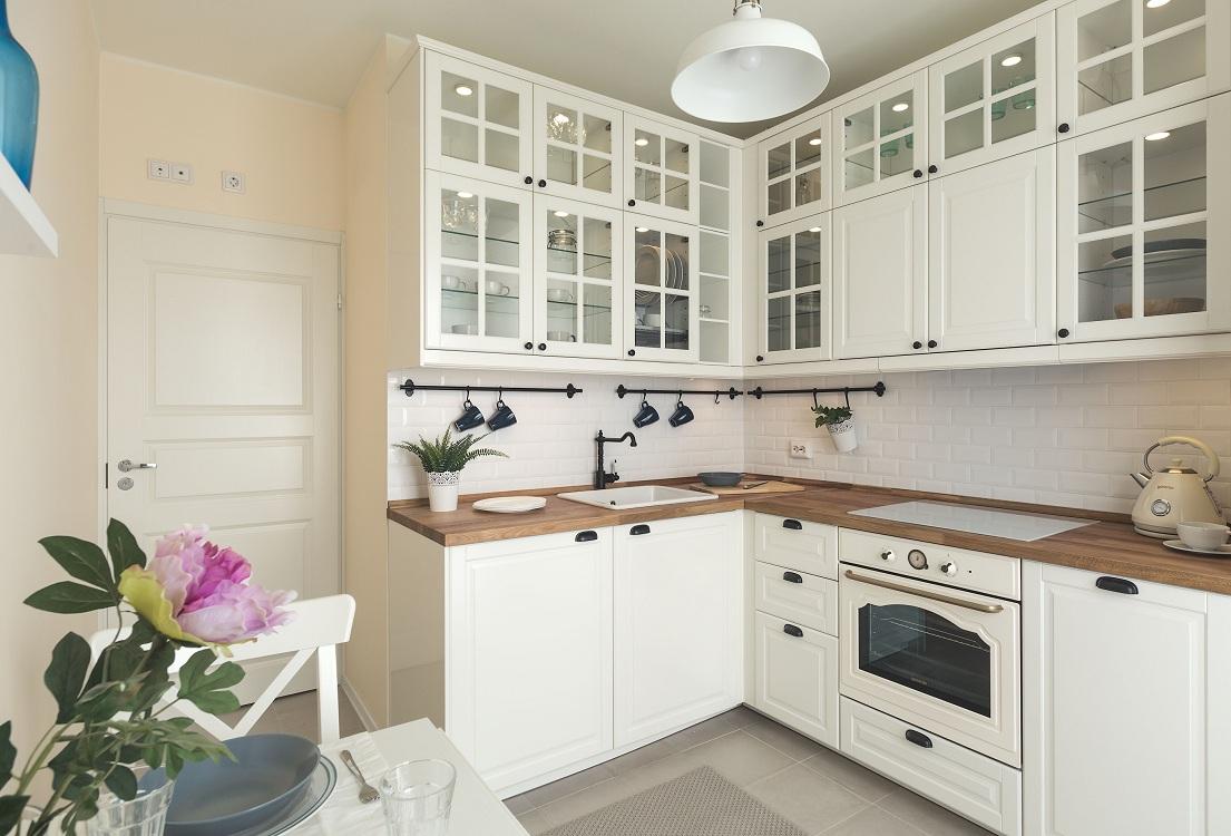 Фартук белого цвета для кухни