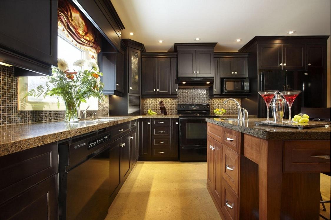 Фартук и столешница для коричневой кухни