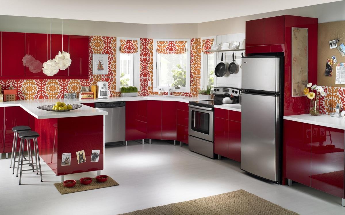 Холодильник на бордовой кухне