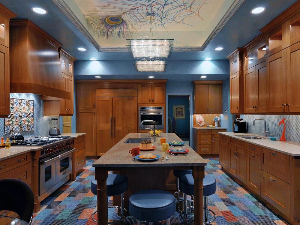 Коричневая кухня с синим