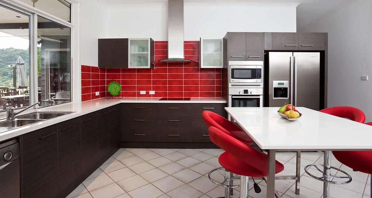 Красно-белая кухня в сочетании с коричневым