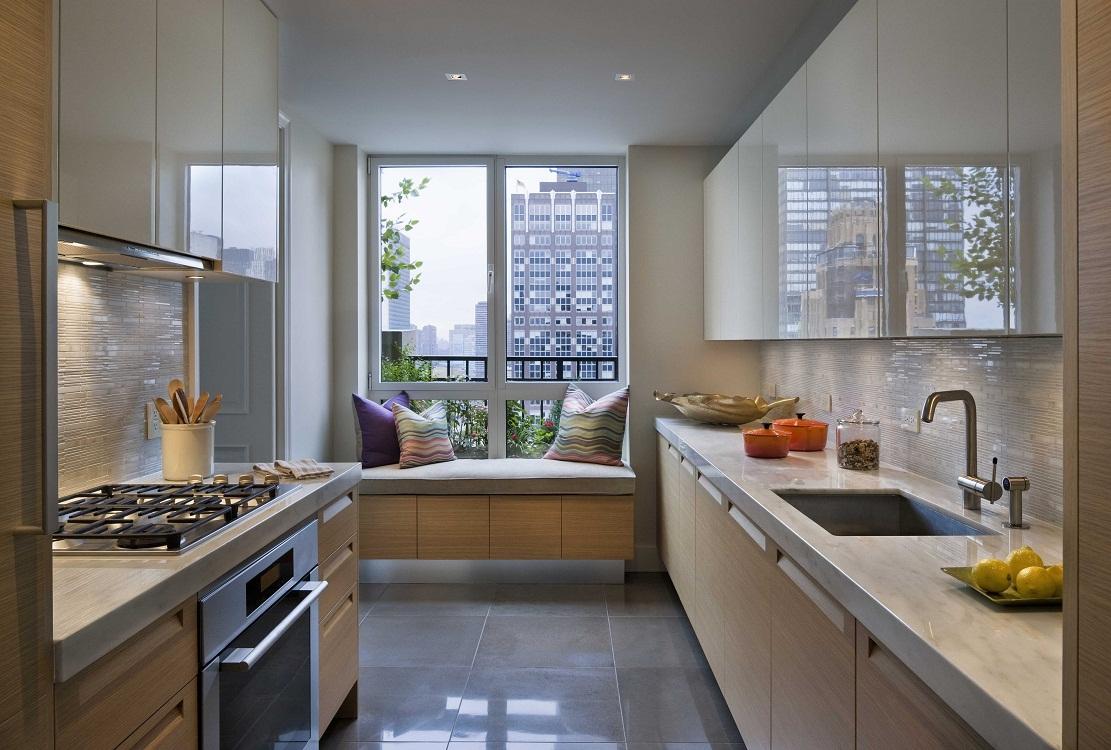 Максимально эргономичное использование места возле окна на кухне