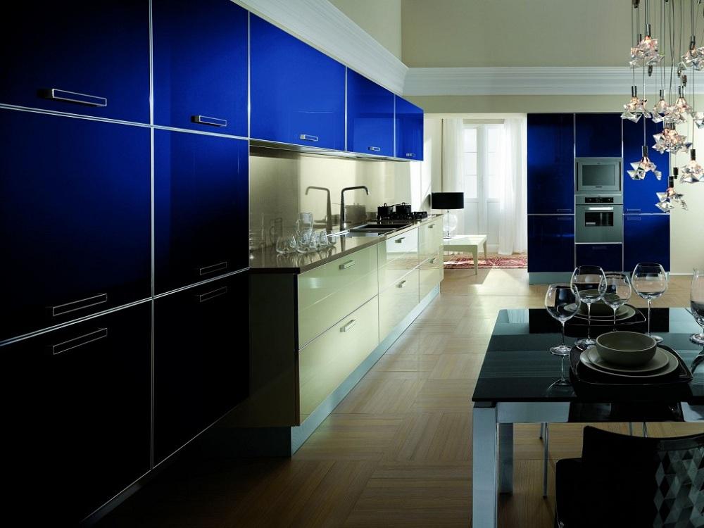 Синяя кухня в сочетании с бежевым цветом