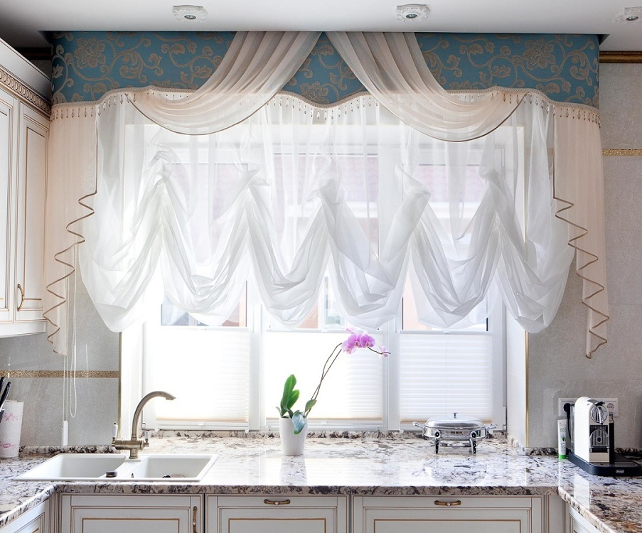 Сочетание ламбрекена со шторами на кухне