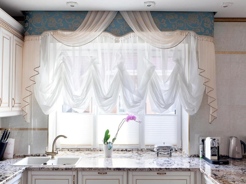 Преимущества и недостатки французских штор на кухне, как самостоятельно их пошить, особенности ухода