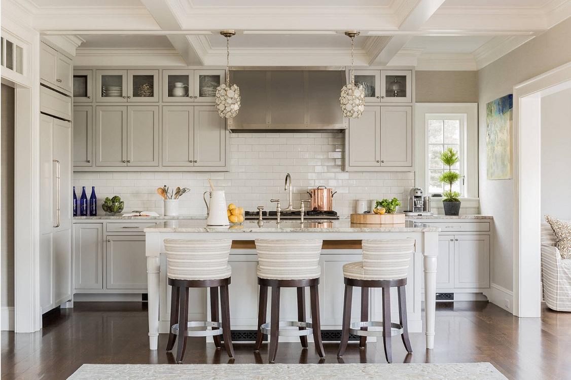 Светлая кухня в серых тонах