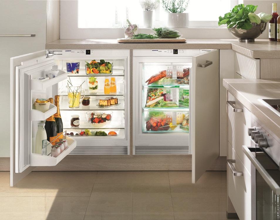 Встроенный холодильник под окном на кухне