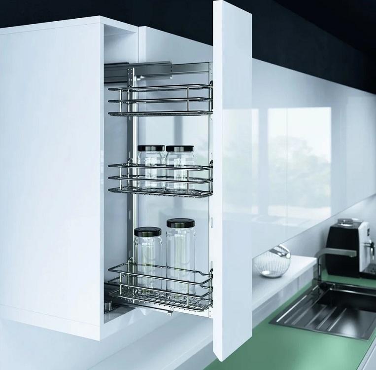 Бутылочница в верхнем шкафу на кухне