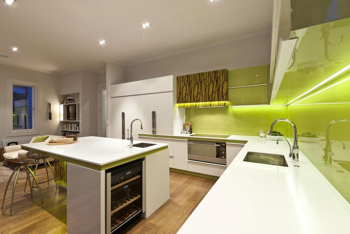 Фисташковая кухня в сочетании с белым цветом