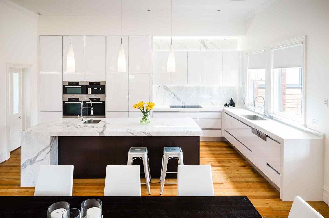 Глянцевые фасады на белой кухне