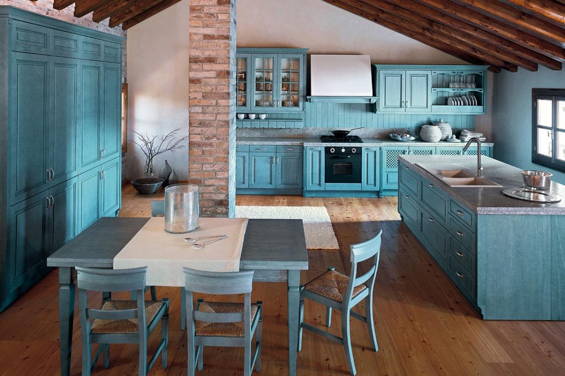 Голубая кухня в сочетании с коричневым цветом