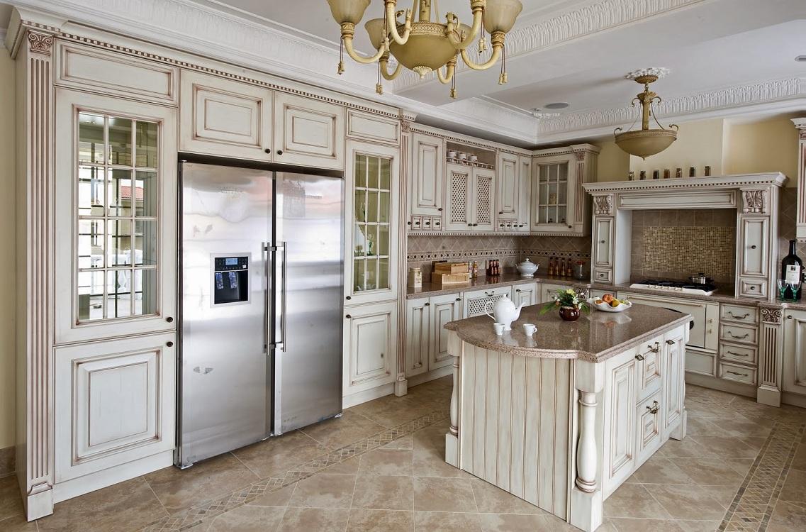 Холодильник на классической кухне