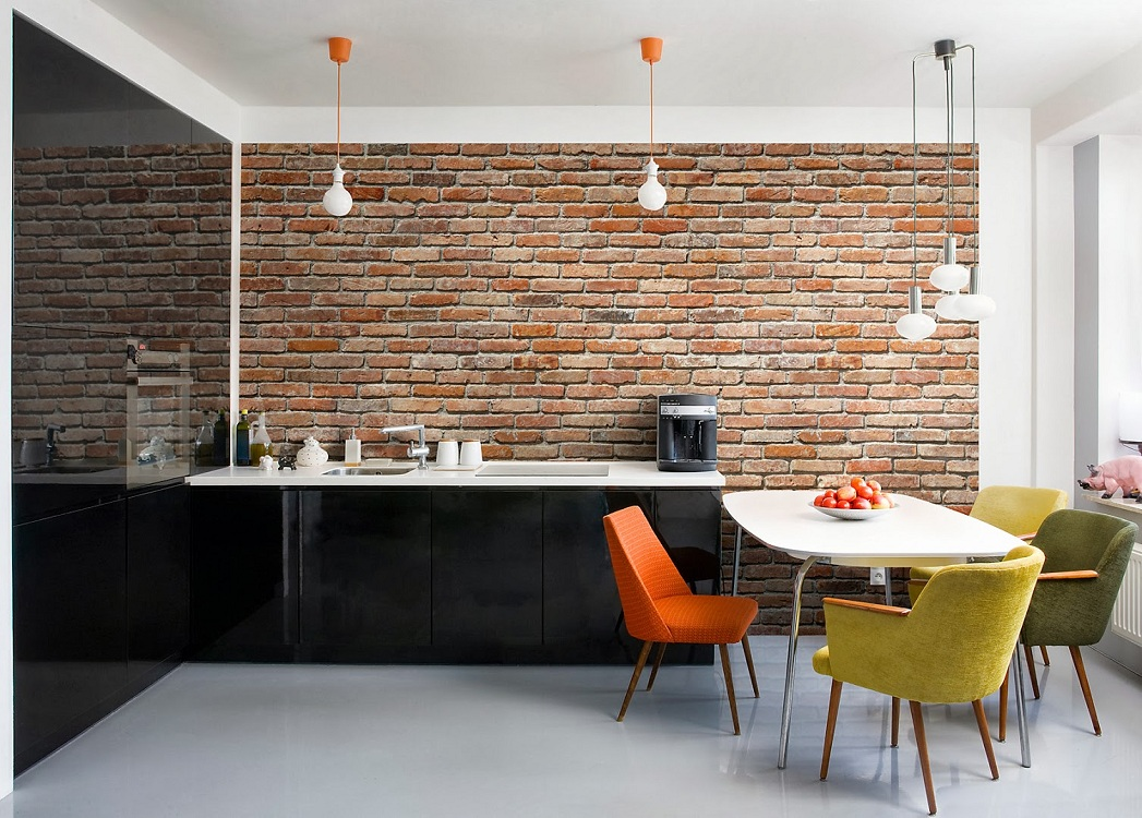 Имитирующие кирпичную кладку обои на кухне