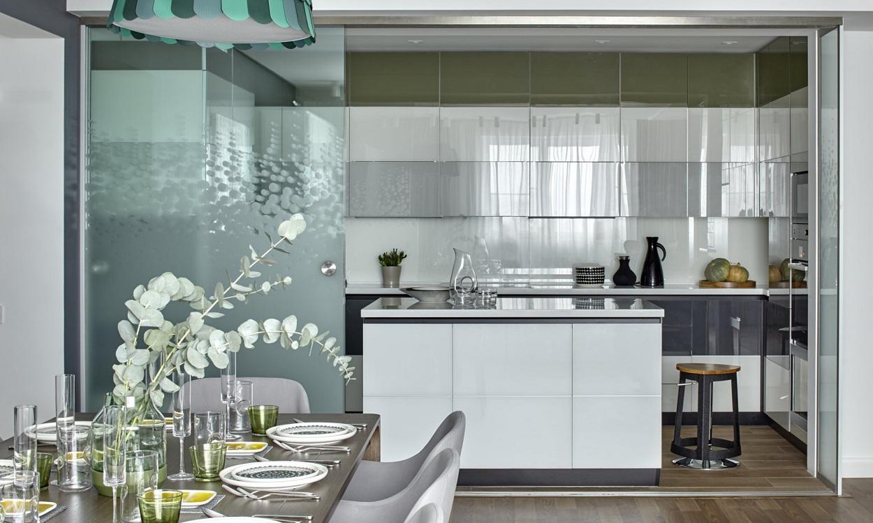 Кухня-гостиная со стеклянными фасадами