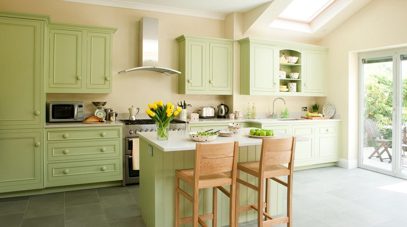 Кухня с окнами на юг оливкового цвета