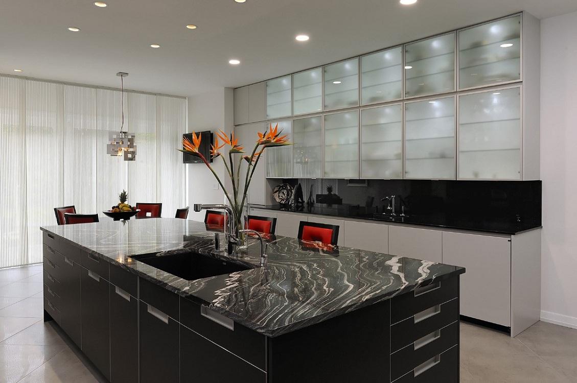 Кухня с рамочными стеклянными конструкциями