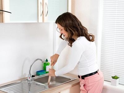 Механический способ прочистки труб на кухне