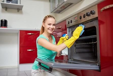 Меры предосторожности при очищении духовки