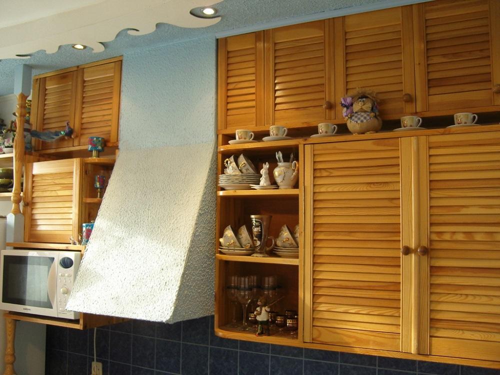 Навесной шкаф из дерева для кухни