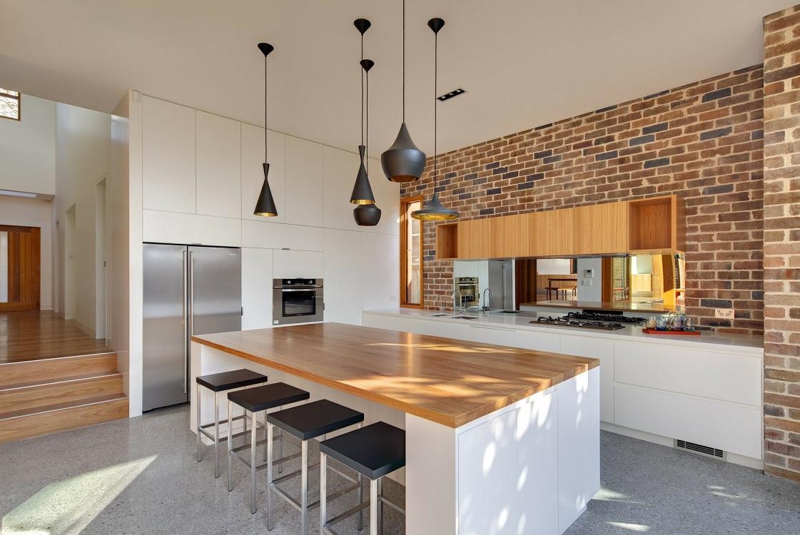 Оформление кирпичной стенки на кухне