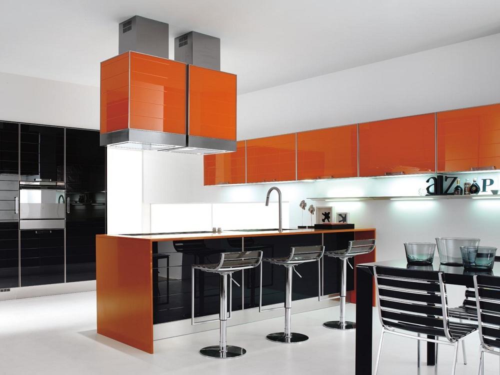 Оранжевая кухня с черным
